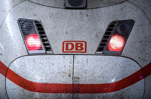 Unbekannte werfen Kürbis auf Zug – ICE kann nicht weiterfahren