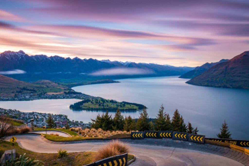Wenig befahrene Straßen schlängeln sich in Neuseeland durch malerische Landschaften. Foto: Shutterstock/Winston Tan