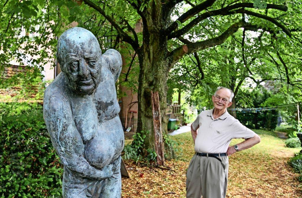 Karl-Henning Seemann ist in seinem prächtigen Garten nicht nur von alten Bäumen, sondern auch von seinen Skulpturen umgeben. Foto: factum/Granville