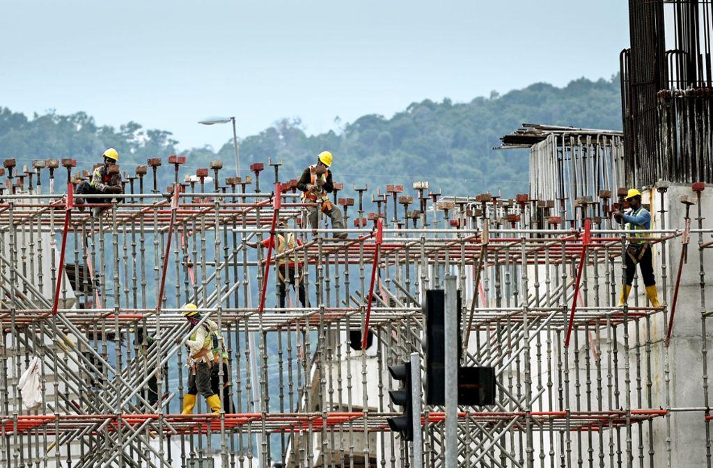 Bauarbeiter in der malaysischen Hauptstadt Kuala Lumpur: Das Land hat zuletzt viel in Infrastruktur investiert. Foto: AFP/Mohd Basfan