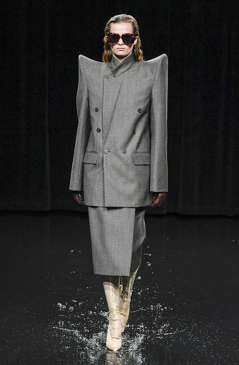 Für die A/W-Saison zeigte Balenciaga  bereits im Frühjahr starke Schultern in Powersuits. Foto: www.imago-images.de