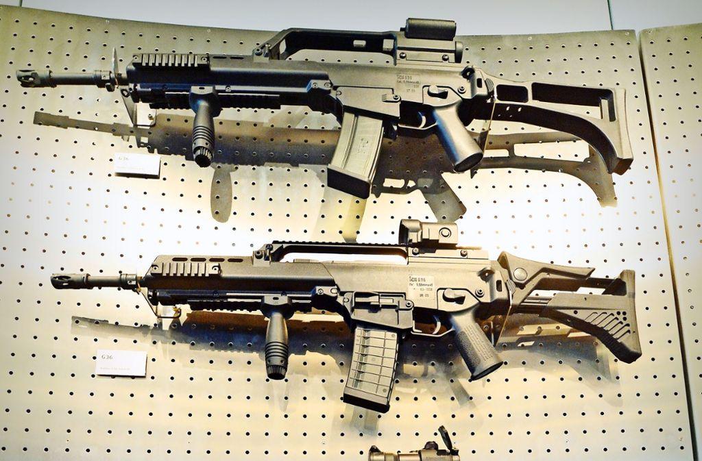 Unterschiedliche Versionen des Gewehrs G36 an einer Schauwand in Oberndorf Foto: dpa
