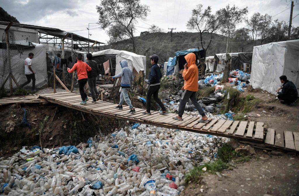 Da die Hütten in dem  Flüchtlingscamp auf der griechischen Insel Lesbos dicht beieinander stehen, hat die Feuerwehr Schwierigkeiten den aktuellen Brand unter Kontrolle zu bringen. (Archivbild) Foto: AFP/LOUISA GOULIAMAKI