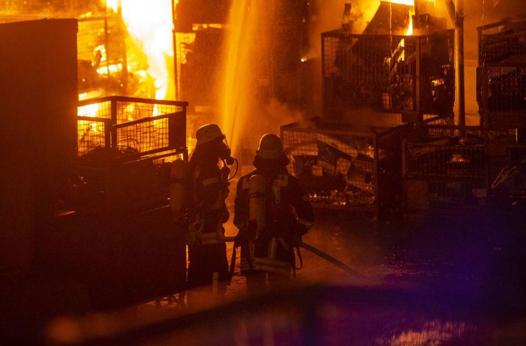 Großeinsatz für die Feuerwehr in Altbach: Meterhohe Flammen schlagen aus Gitterboxen mit Elektroschrott. Foto: 7aktuell.de/Simon Adomat