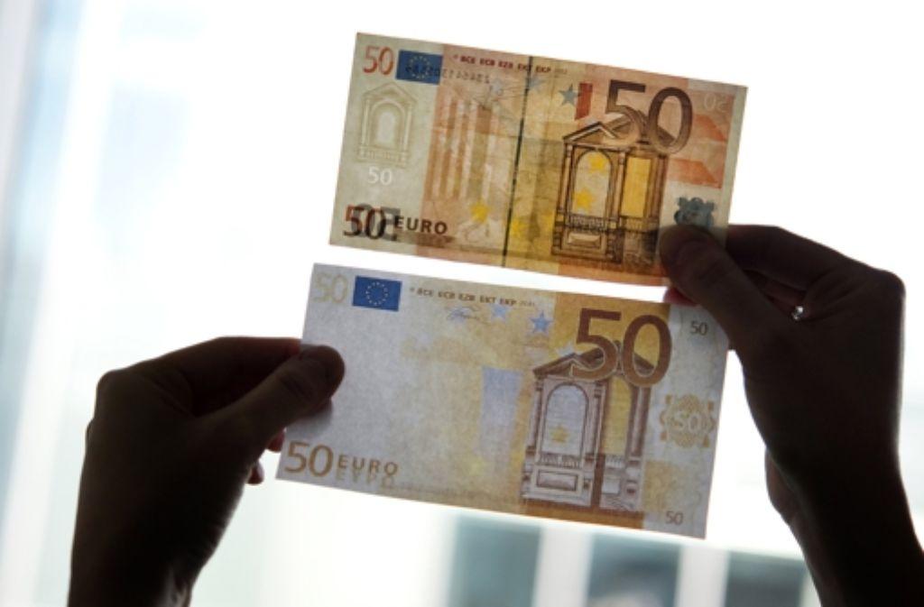 Original und Fälschung –  50-Euro-Scheine werden besonders häufig gefälscht. Foto: dpa-tmn