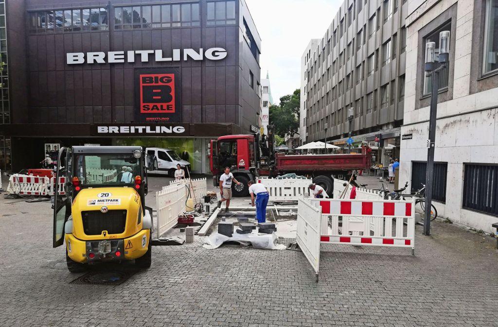 Die Stadt verlegt Pflastersteine zur Anschauung am Rathaus. Foto: