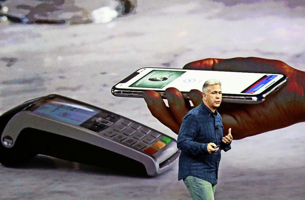 Apples Marketing-Chef Phil Schiller präsentiert das neue iPhone X. Mit Hilfe der Gesichtserkennung können die Besitzer auch Apples Bezahlsystem Apple Pay nutzen. Foto: AP