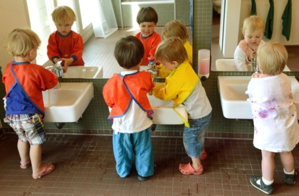 Im Kindi lernt man neue Leute kennen. Das gilt auch für Mutti. Foto: dpa-Zentralbild