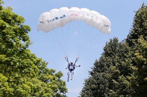 Stuttgarter Fallschirmspringer bei Landung schwer verletzt