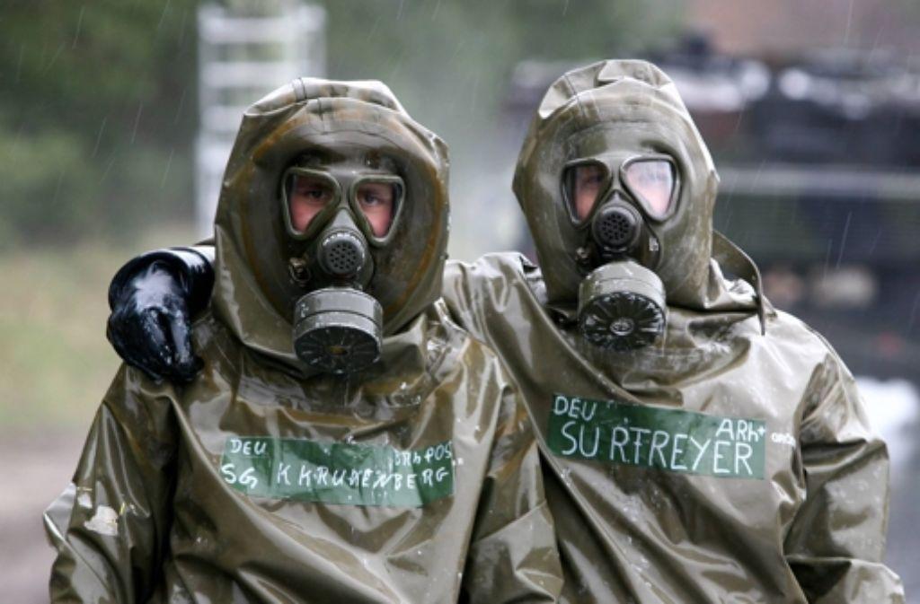 Deutsche Soldaten in Schutzkleidung proben den Umgang mit chemischer Gefahr. Foto: dpa