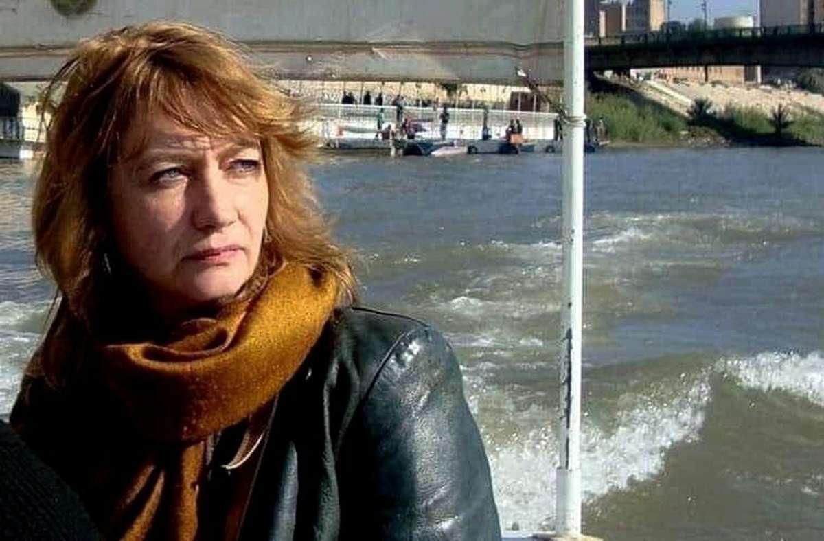 Dieses undatierte Foto zeigt Hella Mewis, Kulturvermittlerin aus Deutschland, auf einem Boot auf dem Fluss Tigris in Bagdad, Irak. Foto: AP