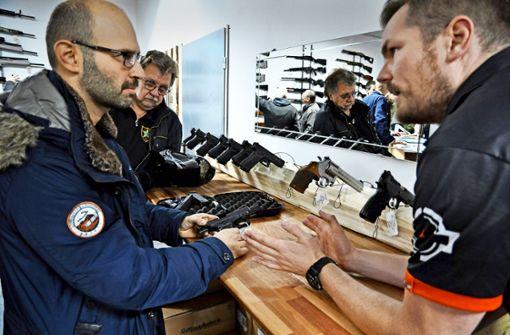 Andrang beim  lokalen  Waffenhändler