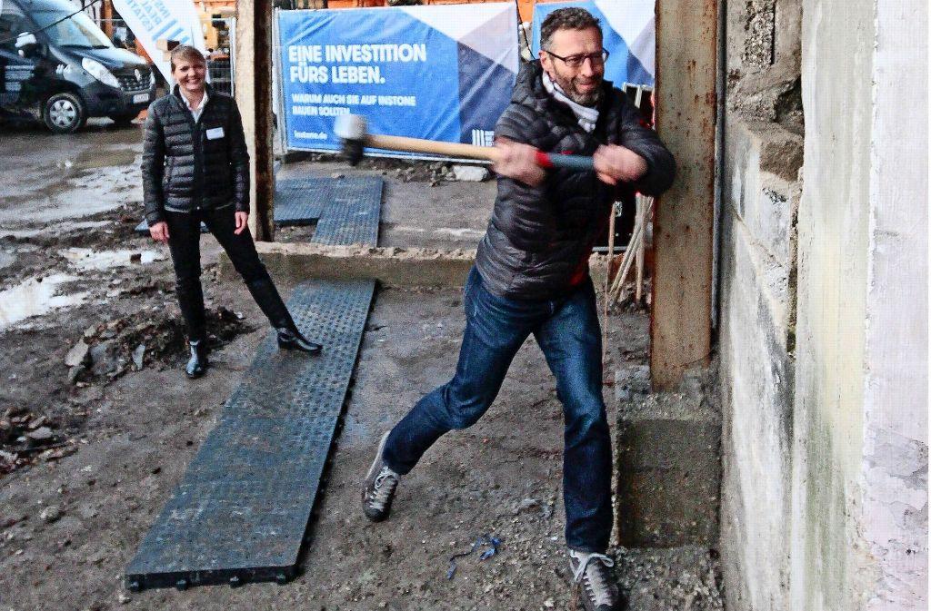 Voller Einsatz: Der Oberbürgermeister schlägt die ersten Steine raus. Foto: factum/Bach