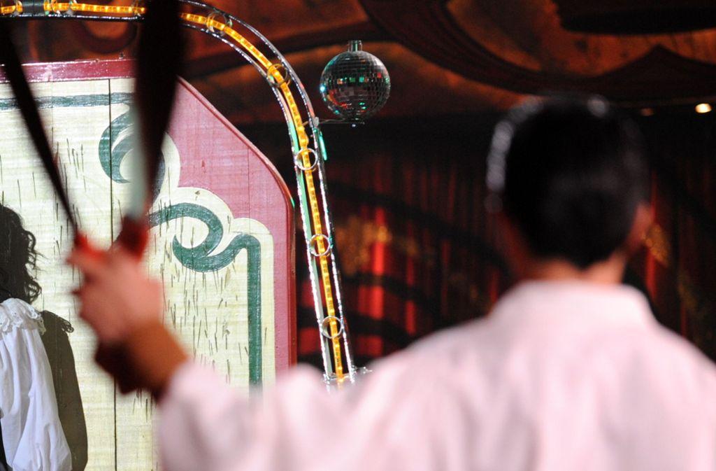 Die Polizei ermittelt gegen einen betrunkenen Messerwerfer (Symbolfoto). Foto: dpa