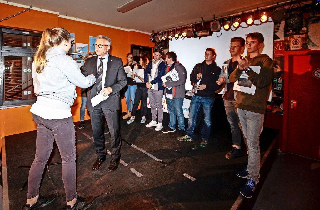 Der Oberbürgermeister Michael Makurath gratuliert  bei der Wahlparty den gewählten Mitgliedern des neuen Ditzinger Jugendgemeinderats Foto: factum/Bach