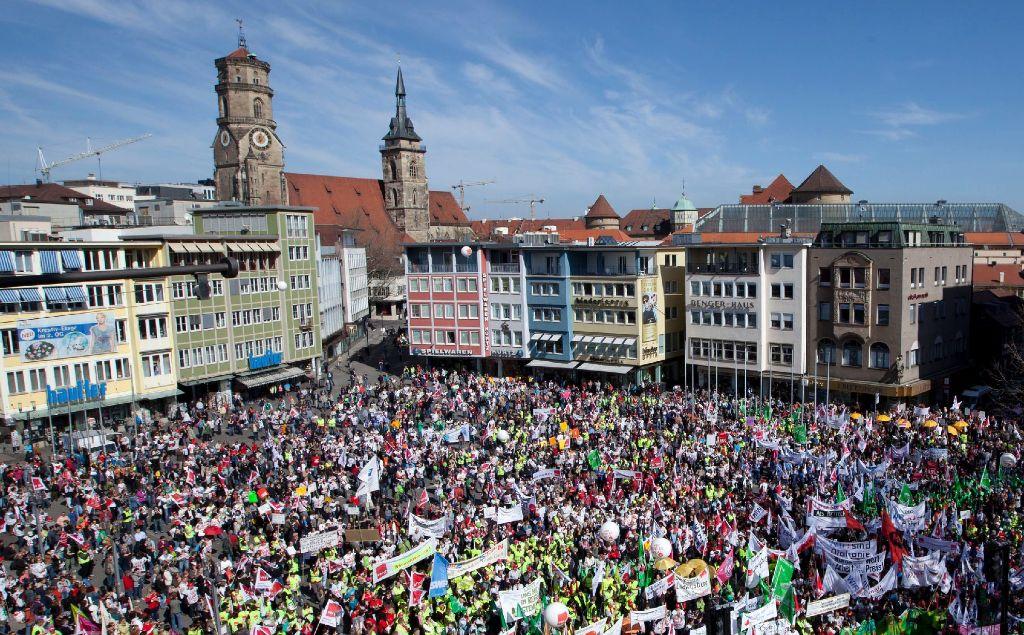 Nach Angaben der Gewerkschaft Verdi sind mehr als 12.500 Warnstreikende zu der Kundgebung mit Verdi-Bundeschef Frank Bsirske auf dem Stuttgarter Marktplatz gekommen. Foto: dapd