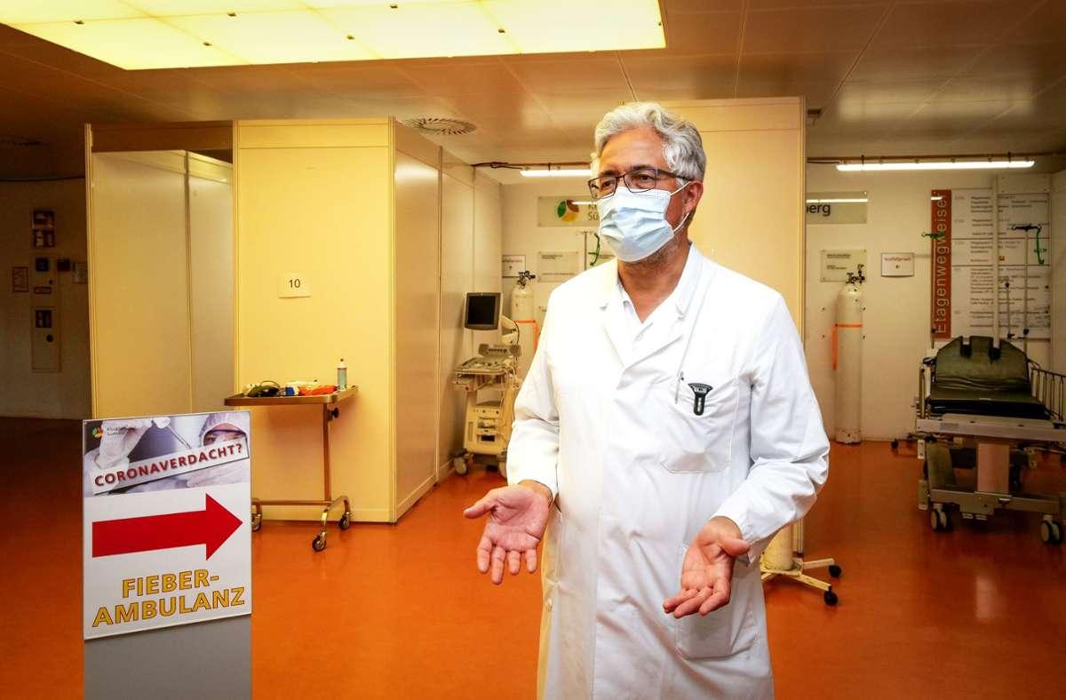 Michael Sarkar, der ärztliche Direktor des Leonberger Krankenhauses, im Foyer. Dort  ist jetzt die Fieberambulanz eingerichtet. Foto: factum/Simon Granville