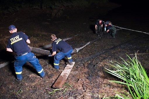 Feuerwehr pumpt Wasser ab