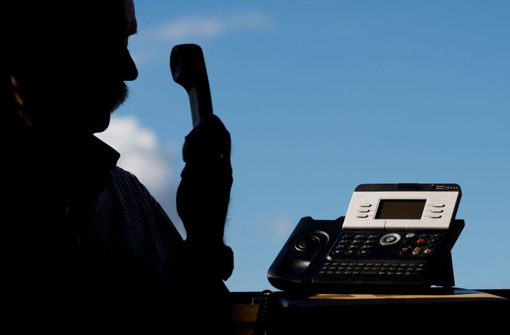 Die falschen Polizisten haben den Senior aus Ulm per Telefon kontaktiert (Symbolbild). Foto: dpa/Julian Stratenschulte
