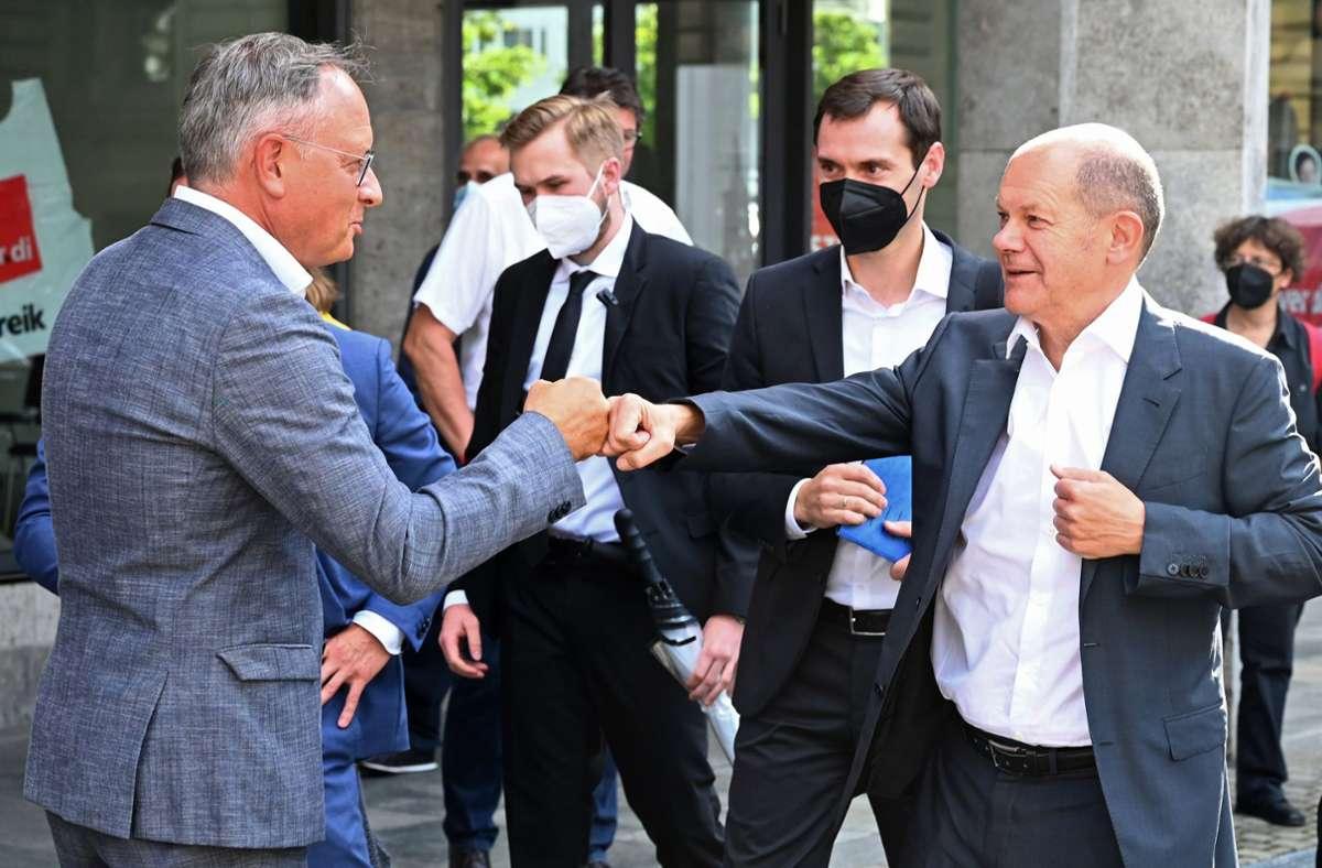 SPD-Kanzlerkandidat Olaf Scholz (rechts) während seines Besuchs in Stuttgart mit dem baden-württembergischen SPD-Landeschef Andreas Stoch. Foto: dpa/Bernd Weißbrod