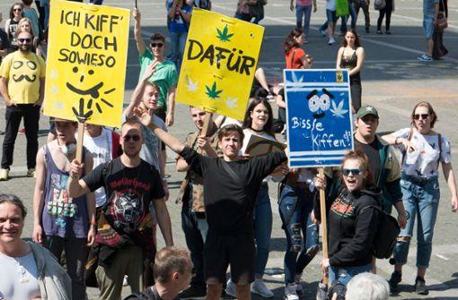 Mit Reggae-Musik und Plakaten für Cannabis-Legalisierung
