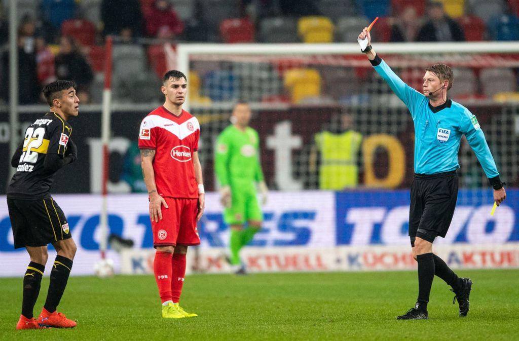 Schiedsrichter Christian Dingert (re.) kennt keine Gnade: Nicolas Gonzalez (li.) muss nach seiner Tätlichkeit vom Platz. Foto: dpa