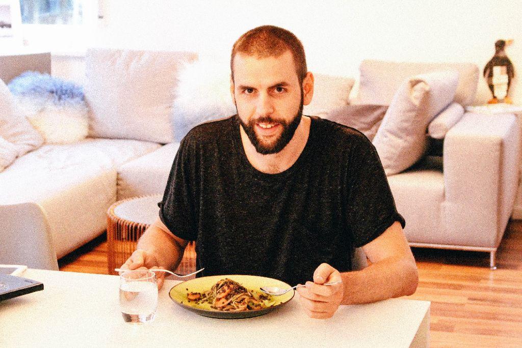 Der Hobbykoch und Foodblogger Bjoern Boltz hat für uns eine vegane Pot-Pasta gekocht – hier wird das fertige Ergebnis probiert.  Foto: Alla Lukashova