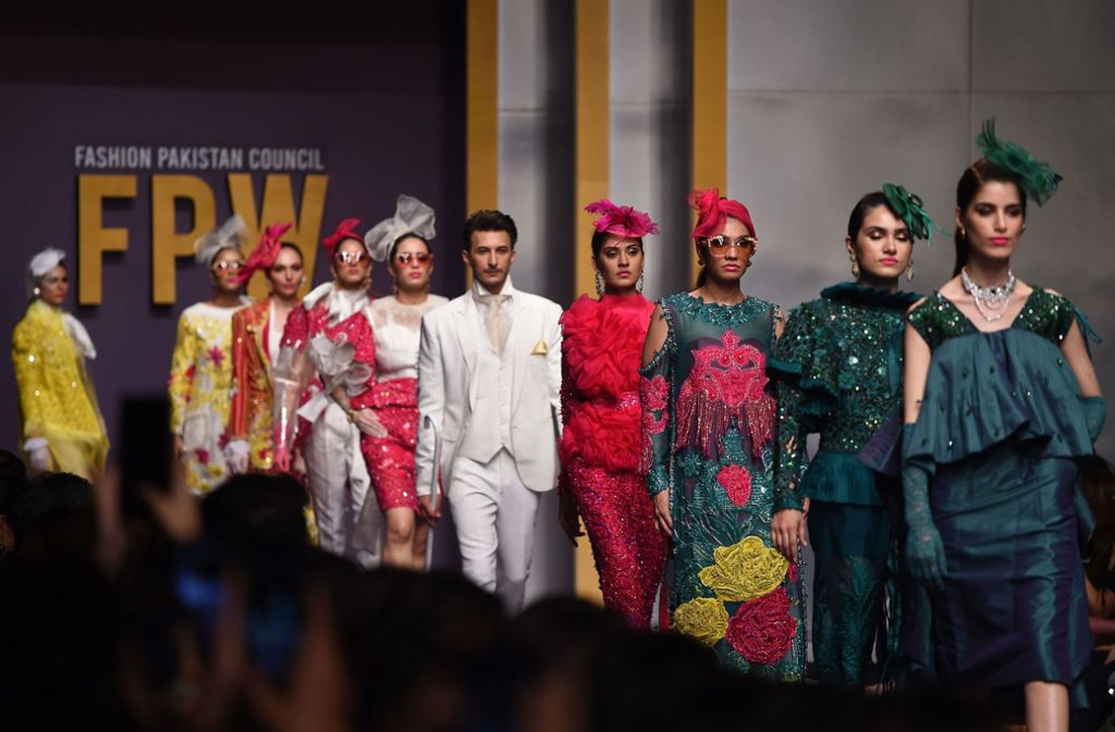 Am ersten Tag der Fashion Pakistan Week präsentierten sich die einheimischen Designer. Foto: AFP/RIZWAN TABASSUM