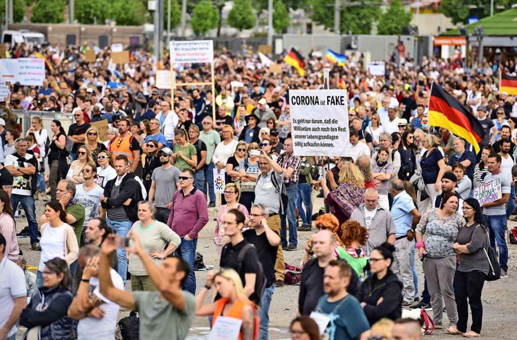Auf dem Cannstatter Wasen hatten zuletzt 5000 Menschen gegen die Virenschutzmaßnahmen demonstriert. Foto: Lichtgut/Max Kovalenko