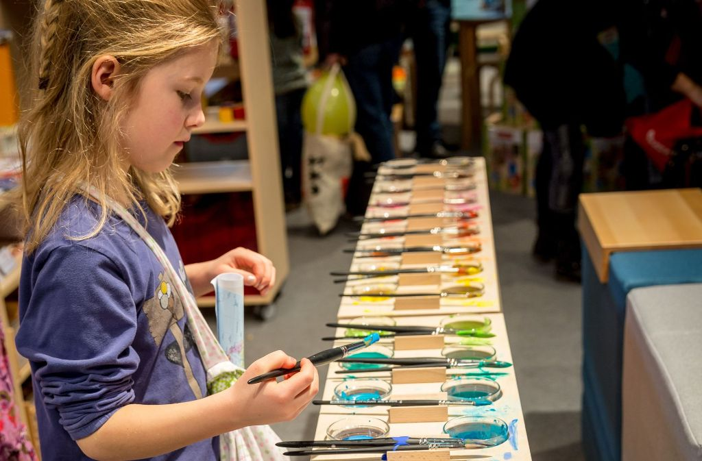Das Farbenspiel lässt die kleine Didacta-Besucherin nicht mehr los. Foto: Lichtgut/Julian Rettig