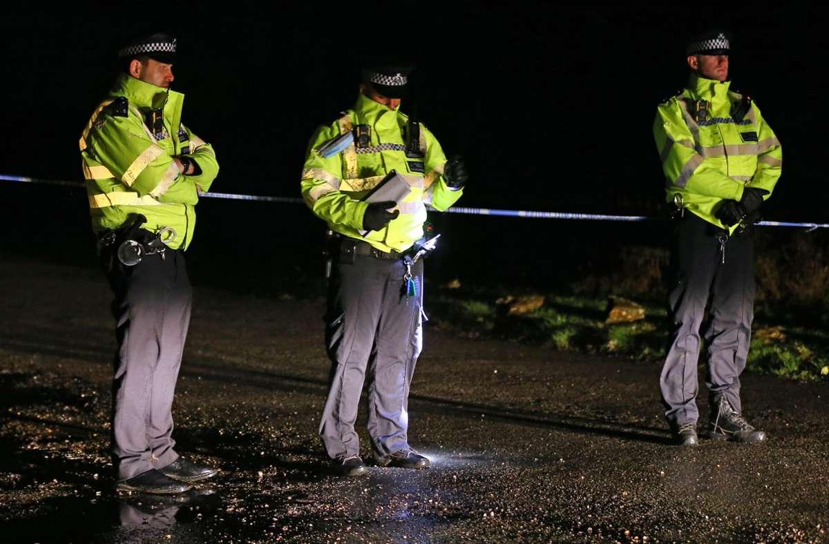 """Ein Gericht in London hat  einen 19-Jährigen wegen der Ermordung zweier Schwestern schuldig gesprochen. Der Täter suchte die Opfer wahllos aus, um sie """"Satan"""" als Opfer zu bringen – im Gegenzug für einen Millionengewinn im Lotto (Symbolfoto: Beamte des britischen Metropolitan Police Service). Foto: Gareth Fuller/PA Wire/dpa"""