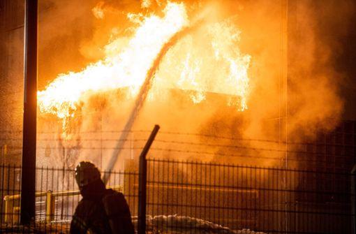 Brand auf dem Gelände eines Autohauses - Trafo fängt Feuer