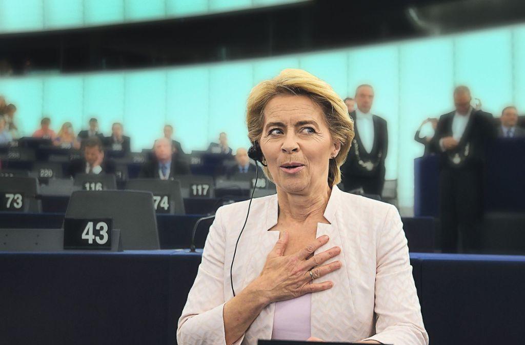Sichtlich erleichtert reagiert Ursula von der Leyen auf das Ergebnis der Abstimmung. Foto: AFP