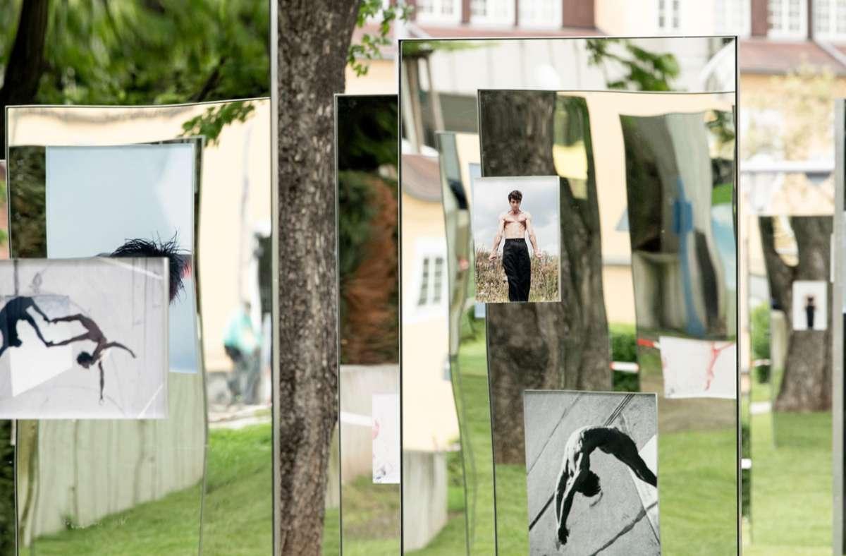 """Die Spiegel-Ausstellung """"Physical Conversation""""   mit Fotos von Ballettstar Friedemann Vogel ist im Museumsgarten am Stadtpalais zu einem neuen Anziehungspunkt geworden. Foto: Oliver Kröning"""