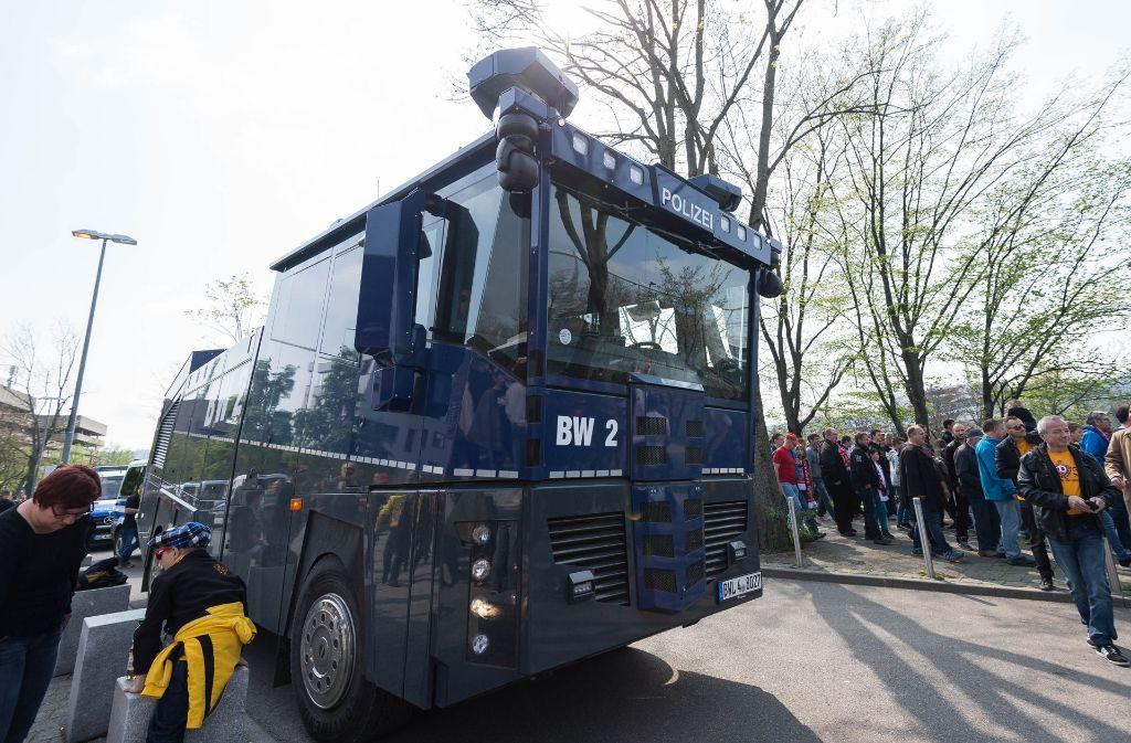 Bereits in der Partie gegen Dynamo Dresden hatte die Polizei Wasserwerfer positioniert. (Archivfoto) Foto: dpa