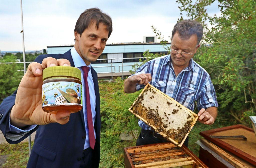 Der stellvertretende Landrat Martin Wuttke (links)  präsentiert den neuen Landratsamtshonig. Manfred Nuber betreut die Bienen und rechnet mit einer Ernte von rund 80 Kilogramm. Foto: factum/Granville
