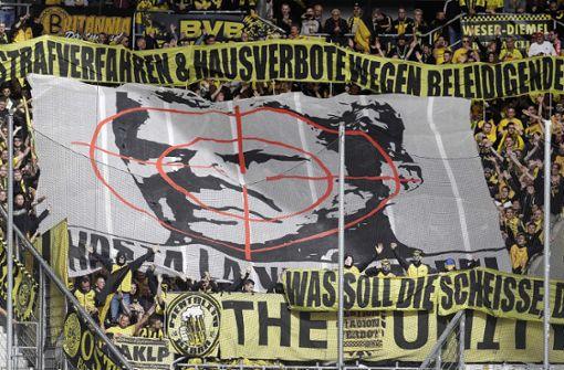 BVB-Fans beleidigen Dietmar Hopp mit Plakat