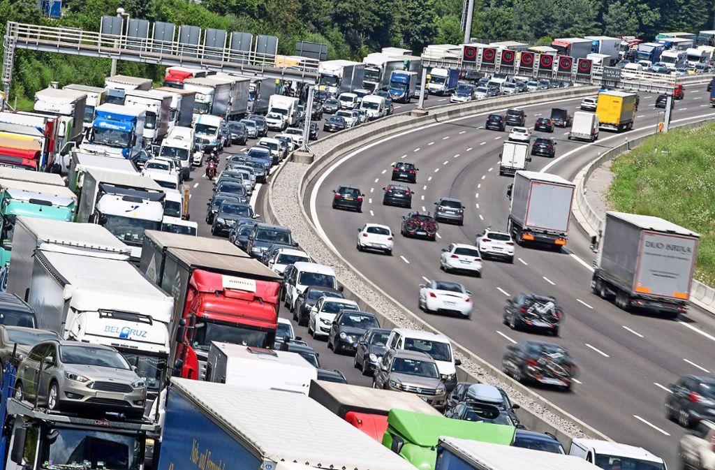 Bis es günstigere Elektrofahrzeuge gibt, könnten weniger betuchte Autofahrer die Staus guten Gewissens  mit E-Fuel angetriebenen Autos genießen. Foto: Sebastian Gollnow