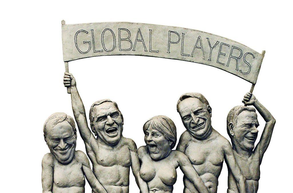 """Auf dem Teilrelief """"Global Players""""erkennt man (von links)Hans Eichel, Gerhard Schröder,Angela Merkel, Edmund Stoiberund Guido Westerwelle. Foto: dpa (2), Olarte/Kulturamt Überlingen"""