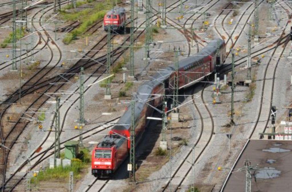 Ihre Zivilcourage in einer Regionalbahn hat einer 56-Jährigen Schläge und Tritte eingebracht. (Symbolfoto) Foto: dpa