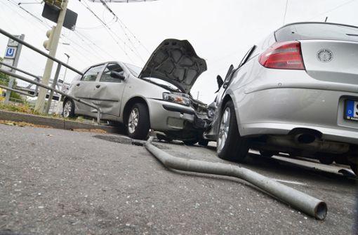 Fiat Punto nimmt Geländer mit und baut Unfall