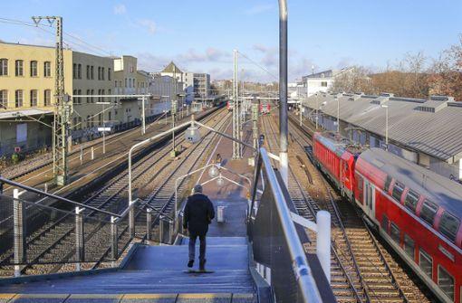 23-Jähriger  wird ins Gleisbett geprügelt