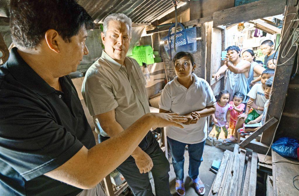 Der Ex-US-Präsidentschaftskandidat Al Gore (2. v. li.) informiert sich rund um den Globus bei den ersten Opfern des Klimawandels. Foto: Paramount