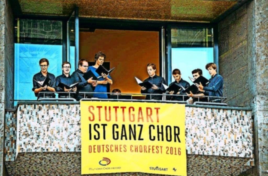 Im September schon haben einige Sänger vom Rathausbalkon aus ein Ständchen gegeben und auf das große Chorfest hingewiesen. Foto: Lichtgut/Piechowski