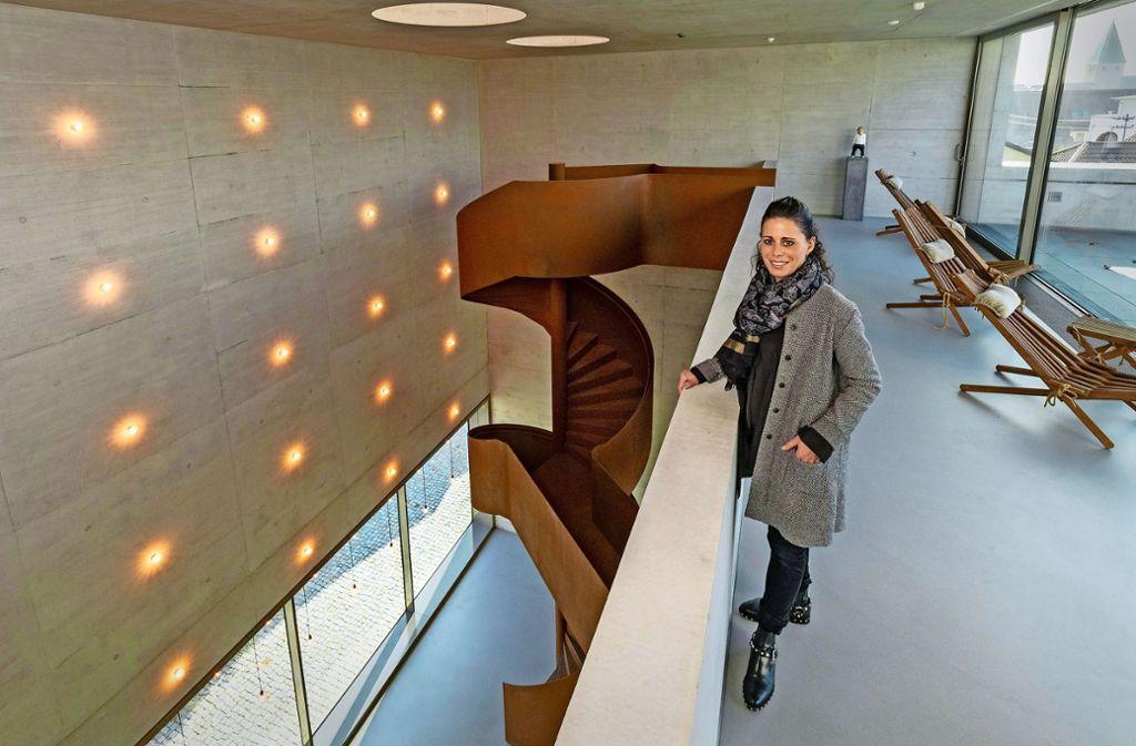 Die Geschäftsführerin Kristina Greiner an der charakteristischen Stahltreppe, dem Herzstück  des Firmensitzes Foto: factum/Weise
