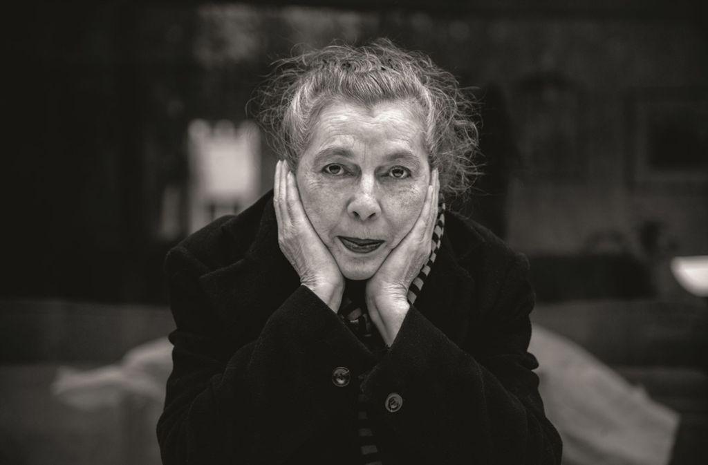 Für die Lyrikerin und Liedermacherin Bettina Wegener war Schreiben und Singen immer eine Art zu überleben. Das hat sich im Alter nicht geändert. In unserer Bildergalerie finden Sie weitere Porträts von Frauen, die sich nicht einfach auf das Altenteil abschieben lassen wollen. Foto: Felix Froede