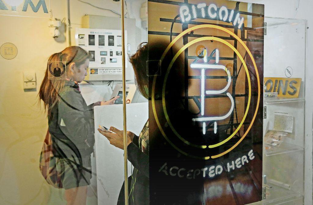 An diesem Bankautomaten in Hongkong sind Transaktionen mit der   Internet-Währung bereits möglich. Foto: AP