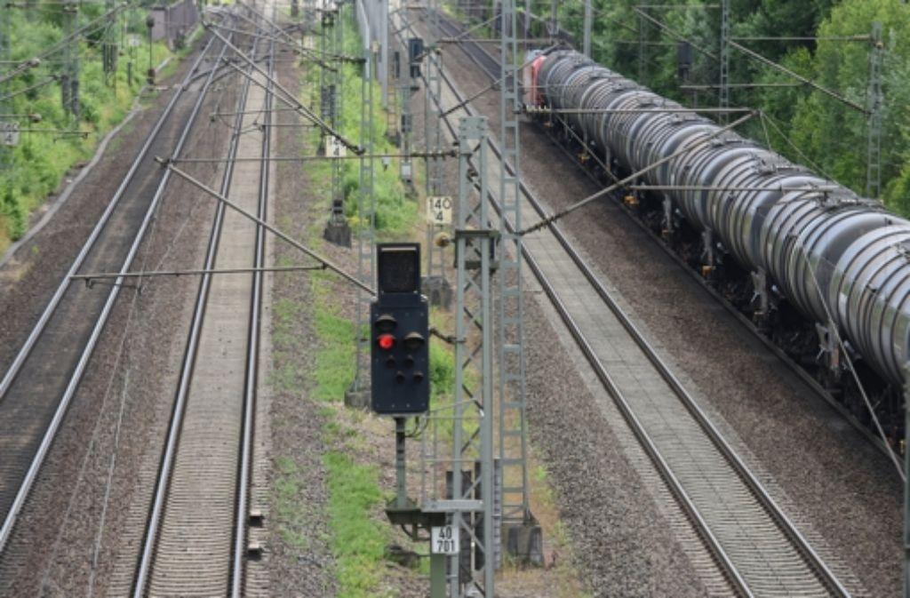Ein Güterzug fährt bei Offenburg auf der Rheintalbahnstrecke. Foto: dpa