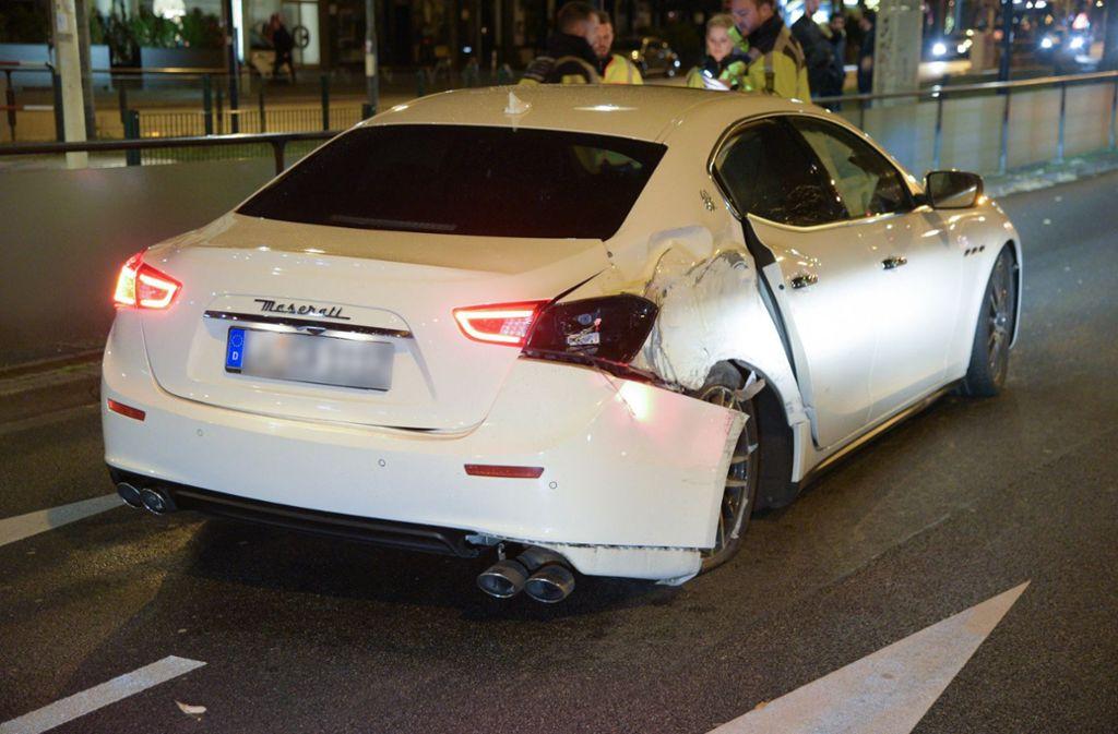 Der Maserati beschädigte eine Laterne und blieb demoliert stehen. Foto: dpa