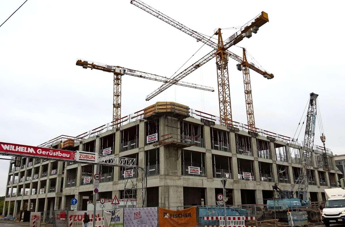 Die ersten beiden Bürogebäude an der Schwieberdinger Straße sollen im Oktober 2021 fertig werden, dort wird die Firma Siemens einziehen. Foto: Bernd Zeyer